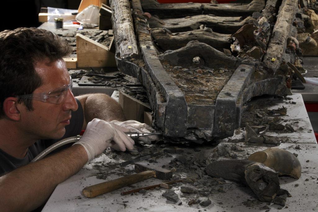 Nettoyage de la proue par le restaurateur Philippe de Vivis de la sociŽtŽ A-CORROS au centre Arc NuclŽart de Grenoble